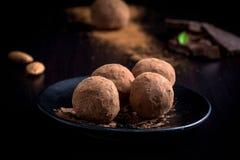 Σπιτικές τρούφες σοκολάτας σε ένα πιάτο Στοκ εικόνα με δικαίωμα ελεύθερης χρήσης