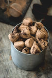 Σπιτικές τρούφες σοκολάτας σε ένα φλυτζάνι μετάλλων Στοκ Εικόνες