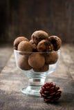 Σπιτικές τρούφες σοκολάτας σε ένα φλυτζάνι Στοκ Εικόνα