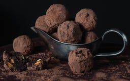 Σπιτικές τρούφες σοκολάτας στο ντεμοντέ πιάτο Στοκ Φωτογραφία