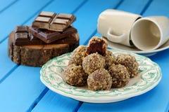 Σπιτικές τρούφες σοκολάτας, φλυτζάνια σοκολάτας και καφέ σε φωτεινό Στοκ Φωτογραφία