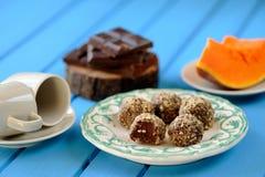 Σπιτικές χορτοφάγες τρούφες με την κολοκύθα, τη σοκολάτα και τον καφέ Στοκ φωτογραφία με δικαίωμα ελεύθερης χρήσης