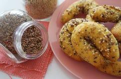 Σπιτικές ψημένες ζύμες με τους σπόρους λιναριού και σουσαμιού στοκ εικόνα
