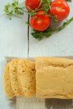 Σπιτικές ψωμί και ντομάτες Στοκ φωτογραφία με δικαίωμα ελεύθερης χρήσης