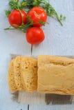 Σπιτικές ψωμί και ντομάτες Στοκ φωτογραφίες με δικαίωμα ελεύθερης χρήσης