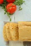 Σπιτικές ψωμί και ντομάτες Στοκ εικόνες με δικαίωμα ελεύθερης χρήσης