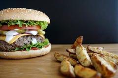 Σπιτικές burger και τηγανιτές πατάτες βόειου κρέατος Στοκ Εικόνες