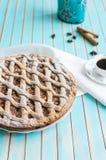 Σπιτική αγροτική ξινή πίτα μήλων στο πιάτο πέρα από το ξύλινο τυρκουάζ υπόβαθρο Στοκ φωτογραφίες με δικαίωμα ελεύθερης χρήσης