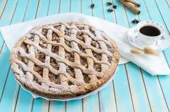 Σπιτική αγροτική ξινή πίτα μήλων στο πιάτο πέρα από το ξύλινο τυρκουάζ υπόβαθρο Στοκ εικόνα με δικαίωμα ελεύθερης χρήσης