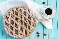 Σπιτική αγροτική ξινή πίτα μήλων στο πιάτο πέρα από το ξύλινο τυρκουάζ υπόβαθρο Στοκ Εικόνα