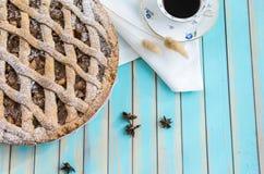 Σπιτική αγροτική ξινή πίτα μήλων στο πιάτο πέρα από το ξύλινο τυρκουάζ υπόβαθρο Στοκ εικόνες με δικαίωμα ελεύθερης χρήσης