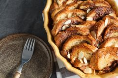 Σπιτική αγροτική πουτίγκα ψωμιού με τη σοκολάτα και τα αμύγδαλα Στοκ Εικόνα