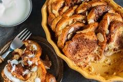 Σπιτική αγροτική πουτίγκα ψωμιού με τη σοκολάτα και τα αμύγδαλα Στοκ εικόνα με δικαίωμα ελεύθερης χρήσης