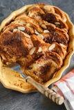 Σπιτική αγροτική πουτίγκα ψωμιού με τη σοκολάτα και τα αμύγδαλα Στοκ Εικόνες