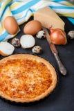 Σπιτική γαστρονομική πίτα με το τυρί, τα κρεμμύδια και τα αυγά Στοκ Εικόνα