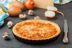 Σπιτική γαστρονομική πίτα με το τυρί, τα κρεμμύδια και τα αυγά Στοκ Φωτογραφίες
