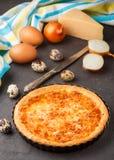 Σπιτική γαστρονομική πίτα με το τυρί, τα κρεμμύδια και τα αυγά Στοκ εικόνες με δικαίωμα ελεύθερης χρήσης