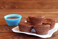 Σπιτική γλυκιά ζύμη Εγχώρια νόστιμα καφετιά cupcakes σε έναν ξύλινο πίνακα Στοκ Εικόνες