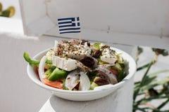 Σπιτική ελληνική σαλάτα με τη μικρή ελληνική σημαία Στοκ Φωτογραφίες