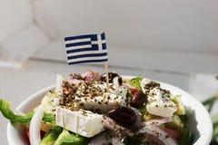 Σπιτική ελληνική σαλάτα με τη μικρή ελληνική σημαία Στοκ εικόνες με δικαίωμα ελεύθερης χρήσης