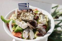Σπιτική ελληνική σαλάτα με τη μικρή ελληνική σημαία Στοκ φωτογραφία με δικαίωμα ελεύθερης χρήσης