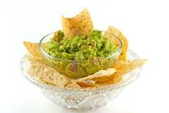 Σπιτική εμβύθιση Guacamole με Tortilla τα τσιπ στοκ εικόνα