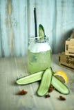 Σπιτική λεμονάδα αγγουριών και μεντών σε ένα γυαλί σε ένα μπλε ξύλινο υπόβαθρο jpg Στοκ Φωτογραφίες