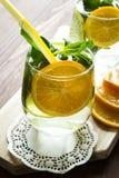 Σπιτική λεμονάδα με το πορτοκάλι και τη μέντα Στοκ φωτογραφία με δικαίωμα ελεύθερης χρήσης