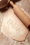 Σπιτική επίπεδη φρέσκια ζύμη ζυμαρικών στον πίνακα Στοκ εικόνα με δικαίωμα ελεύθερης χρήσης