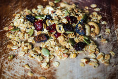 Σπιτική ζάχαρη ελεύθερο Granola με ξηρό - φρούτα Στοκ φωτογραφία με δικαίωμα ελεύθερης χρήσης