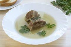 Σπιτική ζωμός ή σούπα βόειου κρέατος με τα κομμάτια του βόειου κρέατος Στοκ Φωτογραφία