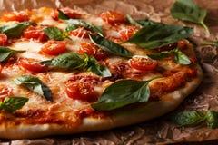 Σπιτική ιταλική πίτσα με τη μοτσαρέλα, τις ντομάτες και την άδεια βασιλικού Στοκ Εικόνες