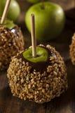 Σπιτική καραμέλα Taffy Apple με τα φυστίκια Στοκ φωτογραφία με δικαίωμα ελεύθερης χρήσης