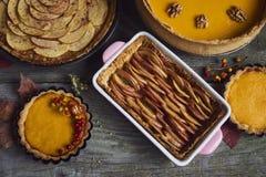 Σπιτική κολοκύθα, πίτες μήλων για την ημέρα των ευχαριστιών Στοκ φωτογραφίες με δικαίωμα ελεύθερης χρήσης