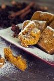 Σπιτική κολοκύθα - ψωμί κανέλας με τη σκόνη ζάχαρης στοκ εικόνες