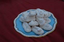 Σπιτική μαρέγκα, που διαμορφώνεται stylishly, που εξυπηρετείται σε ένα πιάτο κέικ της Κίνας bon Στοκ Εικόνα