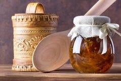 Σπιτική μαρμελάδα στο γυαλί στο ξύλινο υπόβαθρο Στοκ Εικόνες
