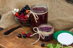 Σπιτική μαρμελάδα φρούτων στο βάζο Στοκ Εικόνες