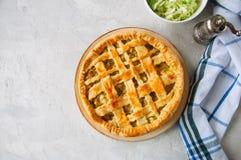 Σπιτική νέα πίτα λάχανων από τη λεπιοειδή ζύμη που εξυπηρετείται σε ένα πιάτο Στοκ φωτογραφία με δικαίωμα ελεύθερης χρήσης