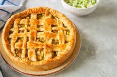 Σπιτική νέα πίτα λάχανων από τη λεπιοειδή ζύμη που εξυπηρετείται σε ένα πιάτο Στοκ Φωτογραφίες