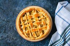 Σπιτική νέα πίτα λάχανων από τη λεπιοειδή ζύμη που εξυπηρετείται σε ένα πιάτο Στοκ φωτογραφίες με δικαίωμα ελεύθερης χρήσης