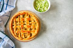 Σπιτική νέα πίτα λάχανων από τη λεπιοειδή ζύμη που εξυπηρετείται σε ένα πιάτο Στοκ Εικόνες