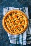 Σπιτική νέα πίτα λάχανων από τη λεπιοειδή ζύμη που εξυπηρετείται σε ένα πιάτο Στοκ εικόνες με δικαίωμα ελεύθερης χρήσης