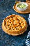 Σπιτική νέα πίτα λάχανων από τη λεπιοειδή ζύμη που εξυπηρετείται σε ένα πιάτο Στοκ Φωτογραφία