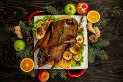 Σπιτική πάπια ψητού Τριζάτη ολόκληρη πάπια ψητού Γεύμα ημέρας των ευχαριστιών ή Χριστουγέννων r στοκ εικόνες