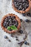 Σπιτική πίτα βακκινίων με lavender μεντών γκρίζος πίνακας πετρών Στοκ Εικόνα