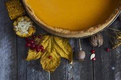 Σπιτική πίτα κολοκύθας για την ημέρα των ευχαριστιών έτοιμη να φάει Τοπ όψη Στοκ Εικόνα
