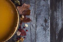 Σπιτική πίτα κολοκύθας για την ημέρα των ευχαριστιών έτοιμη να φάει Στοκ Εικόνες