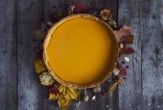 Σπιτική πίτα κολοκύθας για την ημέρα των ευχαριστιών έτοιμη να φάει Στοκ φωτογραφία με δικαίωμα ελεύθερης χρήσης