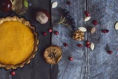 Σπιτική πίτα κολοκύθας για την ημέρα των ευχαριστιών έτοιμη να φάει Τοπ όψη Στοκ φωτογραφία με δικαίωμα ελεύθερης χρήσης